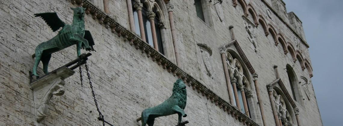 IMG_0675_-_Perugia_-_Palazzo_dei_Priori_-_Grifone_e_leone_(sec._XIII)_-_Foto_G._Dall'Orto_-_5_ago_2006_-