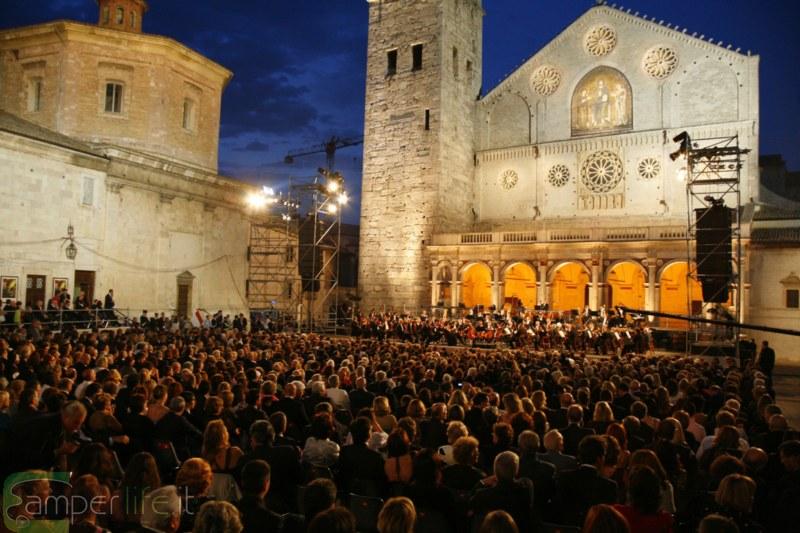 piazza-duomo-spoleto-concerto-camper1